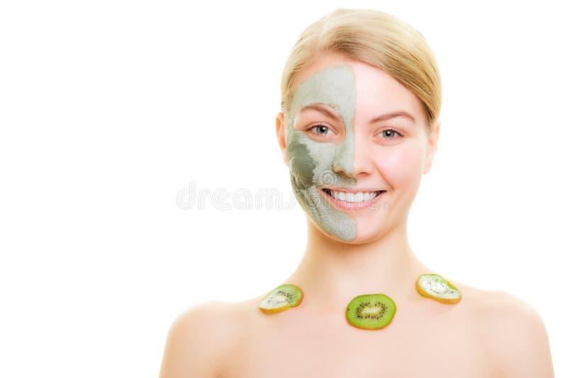 Cuidado de pele Mulher na máscara da argila com o quivi na cara foto de stock royalty free