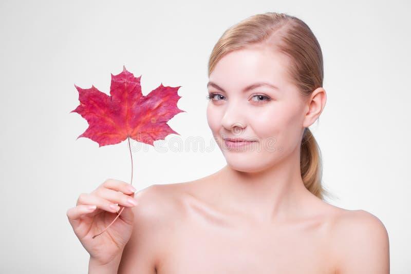 Cuidado de pele Retrato da menina da jovem mulher com folha de bordo vermelha imagem de stock royalty free