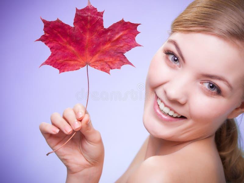 Cuidado de pele Retrato da menina da jovem mulher com folha de bordo vermelha fotos de stock royalty free