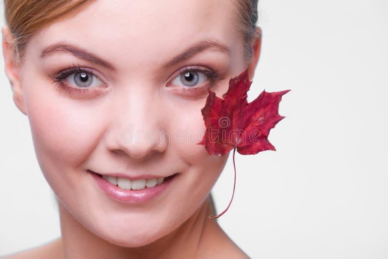 Cuidado de pele Retrato da menina da jovem mulher com folha de bordo vermelha fotografia de stock royalty free