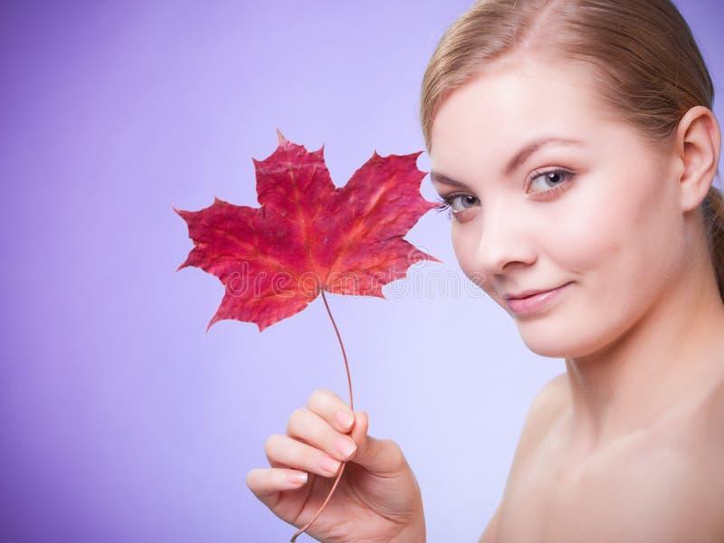 Cuidado de pele Retrato da menina da jovem mulher com folha de bordo vermelha imagens de stock