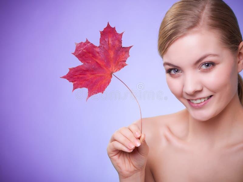 Cuidado de pele Retrato da menina da jovem mulher com folha de bordo vermelha imagem de stock