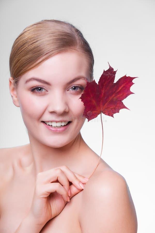 Cuidado de pele Retrato da menina da jovem mulher com folha de bordo vermelha fotos de stock