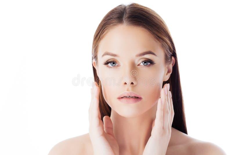 Cuidado de pele Retrato de uma mulher bonita nova que faz a massagem facial fotografia de stock