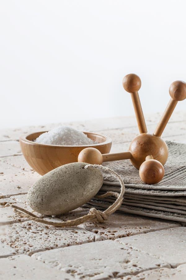 Cuidado de pie y baño calmante con piedra pómez, el massager y la sal fotografía de archivo