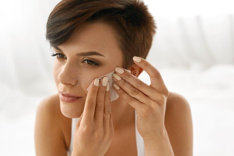 Cuidado de piel Cara de la limpieza de la mujer con los papeles absorbentes del aceite foto de archivo