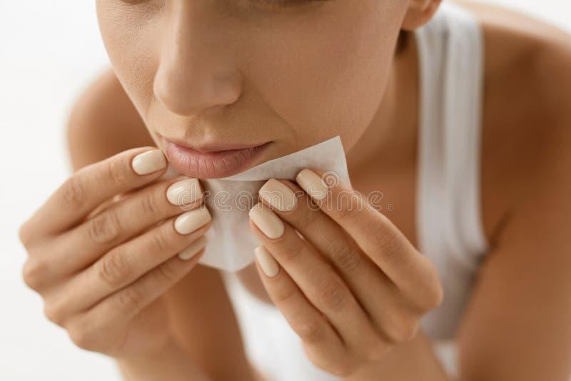 Cuidado de piel Cara de la limpieza de la mujer con los papeles absorbentes del aceite fotografía de archivo
