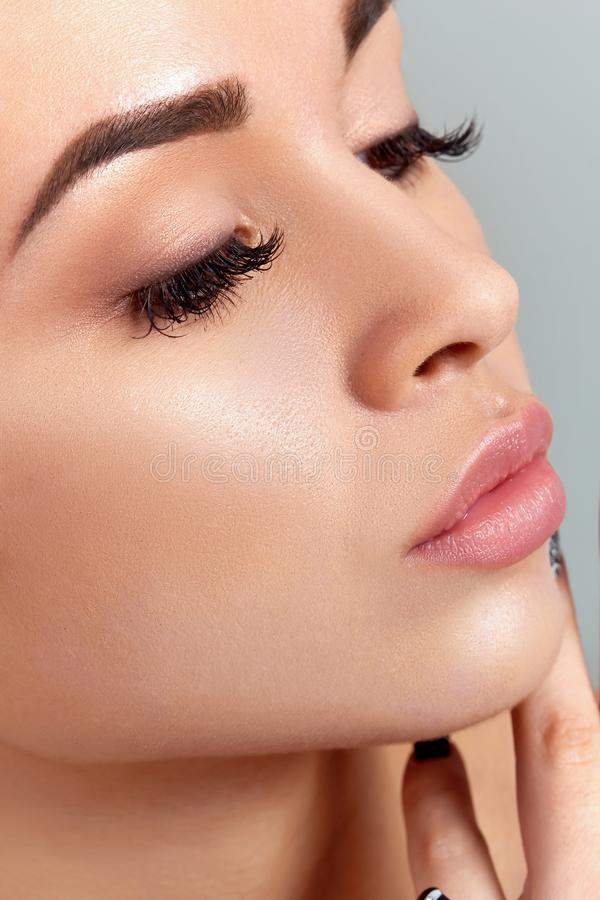 Cuidado de piel Concepto de la belleza Mujer joven hermosa con la piel fresca limpia fotografía de archivo libre de regalías