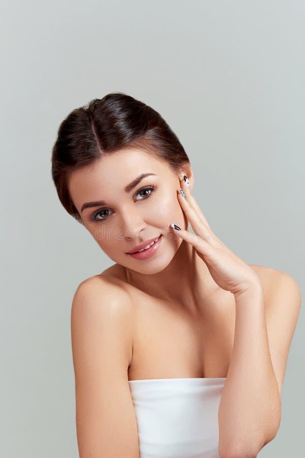 Cuidado de piel Concepto de la belleza Mujer joven hermosa con la piel fresca limpia Jóvenes bastante femeninos de la sonrisa con fotos de archivo libres de regalías
