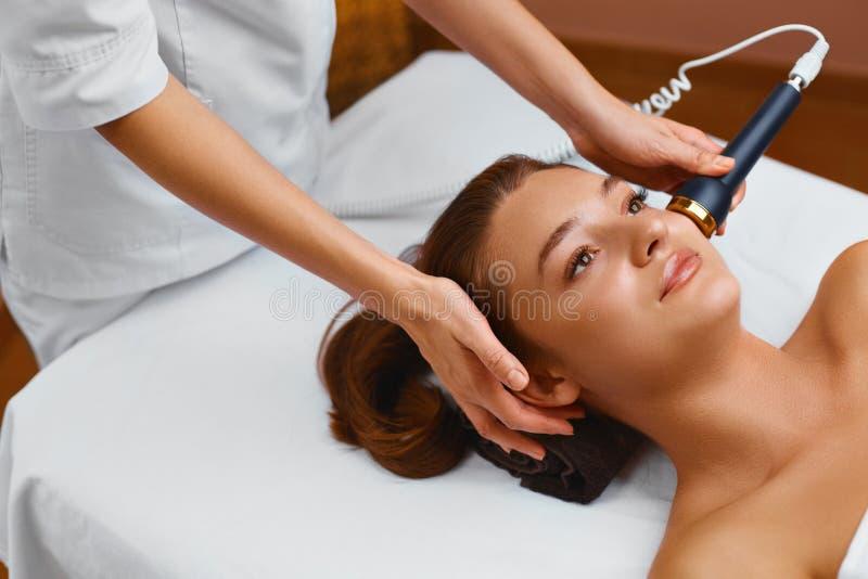 Cuidado de piel de la cara La mujer miente en una tabla en un balneario de la belleza que consigue a fotografía de archivo libre de regalías