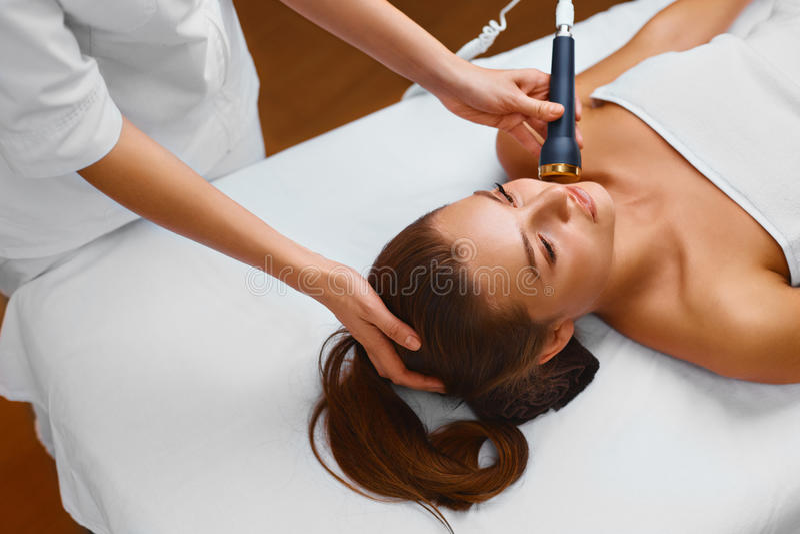 Cuidado de piel de la cara La mujer miente en una tabla en un balneario de la belleza que consigue a imagenes de archivo