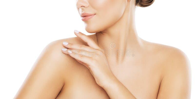 Cuidado de piel del hombro de la belleza, mujer que aplica la crema hidratante por las manos, blancas imágenes de archivo libres de regalías
