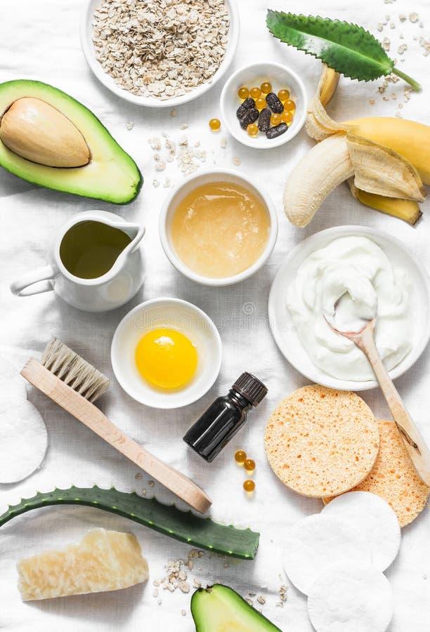 Cuidado de piel del invierno Ingredientes naturales hechos en casa para una mascarilla de alimentación en un fondo ligero, visión fotografía de archivo