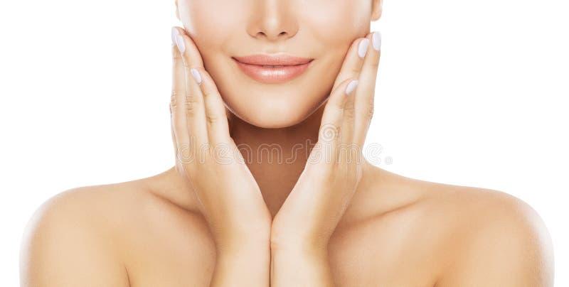 Cuidado de piel de la cara de la belleza, mejilla hidratante por las manos, modelo joven de la mujer en blanco imagenes de archivo