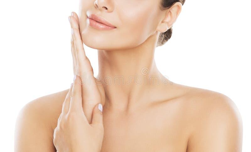 Cuidado de piel de la cara de la belleza, mujer que hidrata y que da masajes a la mejilla a mano sobre blanco fotografía de archivo libre de regalías