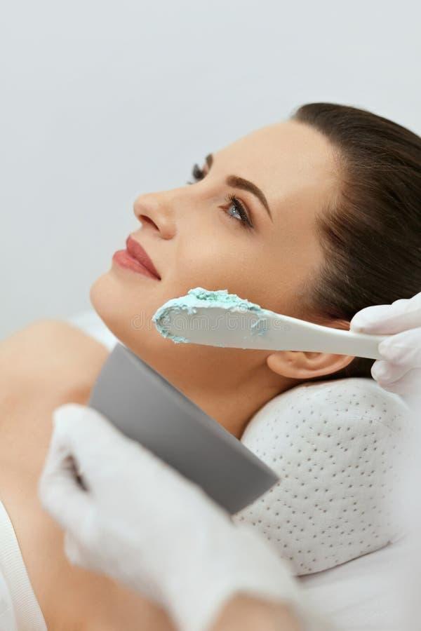 Cuidado de piel de la cara Mujer que hace la máscara facial del alginato en la cosmetología foto de archivo libre de regalías