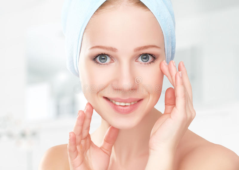 Cuidado de piel muchacha sana hermosa joven en toalla en cuarto de baño imagen de archivo libre de regalías