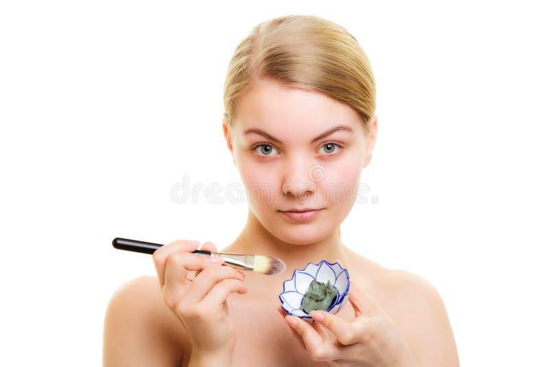 Download Cuidado De Piel Mujer Que Aplica La Máscara Del Fango De La Arcilla En Cara Foto de archivo - Imagen de cosmético, travieso: 44855974