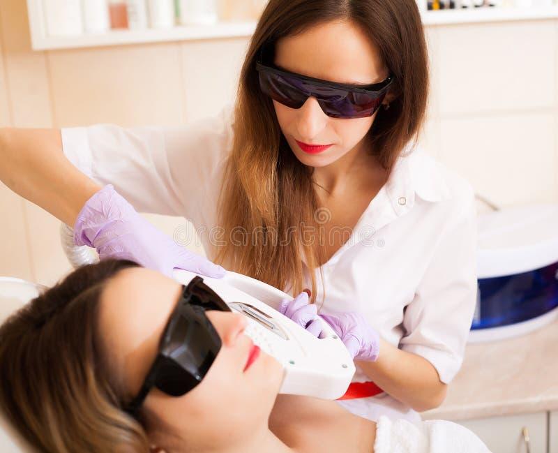 Cuidado de piel Mujer que recibe el tratamiento del epilation del laser en su cara fotos de archivo libres de regalías