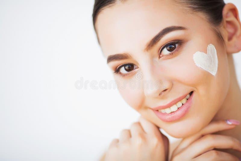 Cuidado de piel Tratamiento poner crema cosm?tico de aplicaci?n modelo hermoso en su cara fotos de archivo libres de regalías