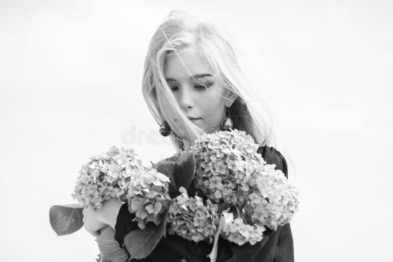 Cuidado de piel y tratamiento de la belleza Flor apacible para la mujer delicada Belleza pura Dulzura de la piel joven primavera imágenes de archivo libres de regalías