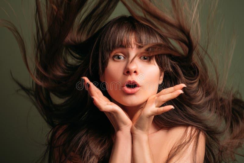 Cuidado del cabello bonito sorprendente de la belleza del retrato de la muchacha fotografía de archivo libre de regalías