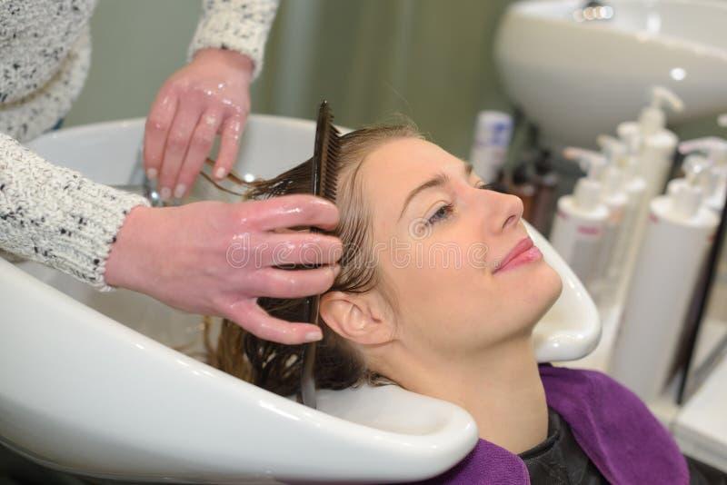 Cuidado del cabello en salón moderno del balneario imágenes de archivo libres de regalías