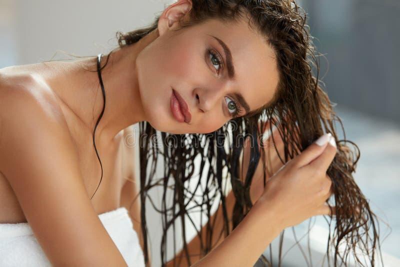 Cuidado del cabello Mujer hermosa con el pelo mojado en toalla después del baño imágenes de archivo libres de regalías