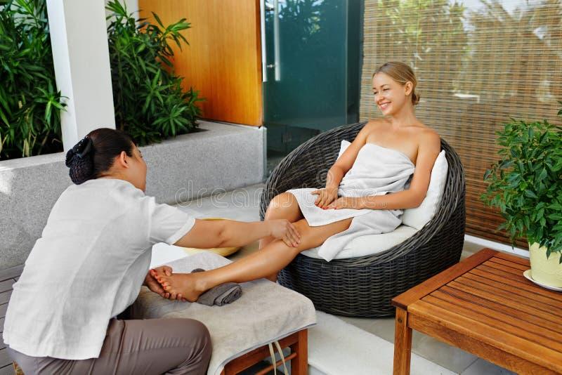 Cuidado del cuerpo de la mujer del balneario Masaje de la pierna del Aromatherapy Tratamiento de Skincare foto de archivo