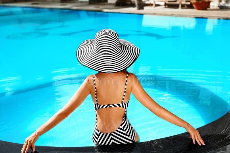 Cuidado del cuerpo de la mujer del verano Relajación en piscina Días de fiesta Va imagen de archivo libre de regalías