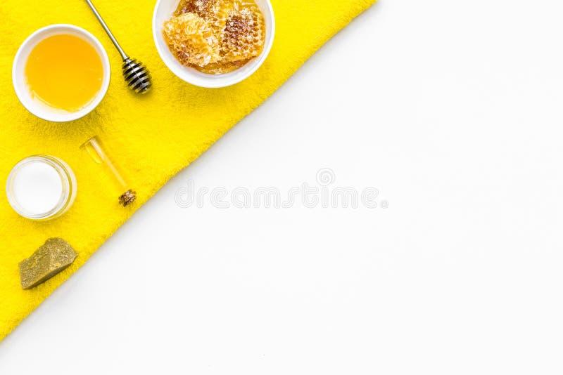 Cuidado del theraphy aromático y de piel delicada Sistema del balneario basado en la miel en el espacio blanco de la copia de la  fotos de archivo