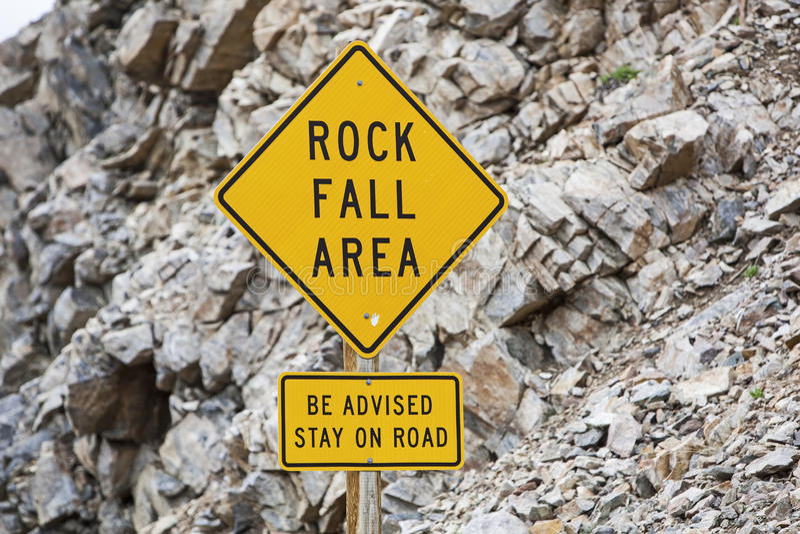 Cuidado do advisory da queda da rocha do sinal de perigo da borda da estrada imagens de stock royalty free