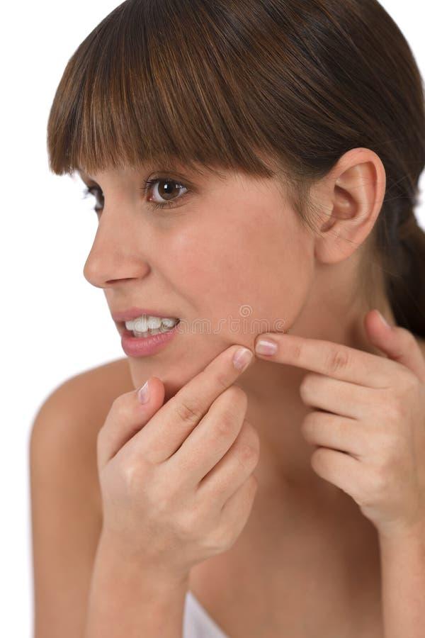 Cuidado do corpo - adolescente fêmea com problema da acne imagens de stock royalty free