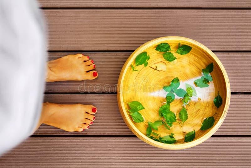 Cuidado do corpo Dos termas pés fêmeas do procedimento do pedicure, tratamento bacia imagens de stock