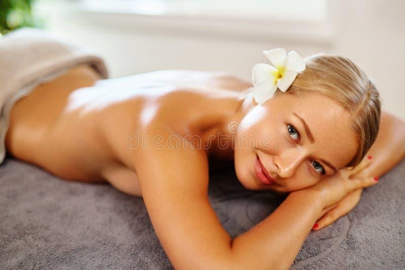 Cuidado do corpo Mulher dos termas Tratamento da beleza Massagem do corpo, salão de beleza dos termas foto de stock royalty free