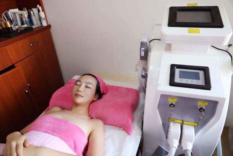 Cuidado do corpo Remoção do cabelo do laser Tratamento de Epilation Pele lisa imagem de stock royalty free