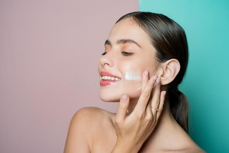 Cuidado facial para a f?mea Mantenha a pele hidratou o creme regularmente hidratando Conceito saud?vel fresco da pele Tomando bom imagens de stock