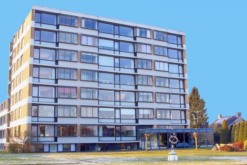 Cuidado idoso dos povos modernos da idade avançada do prédio de apartamentos, Países Baixos imagem de stock royalty free