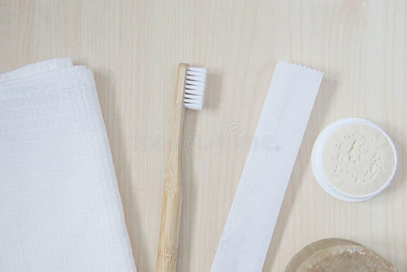 cuidado oral natural en un cuarto de baño acogedor por una mañana hermosa con un cepillo de dientes de bambú y accesorios natural imagen de archivo libre de regalías