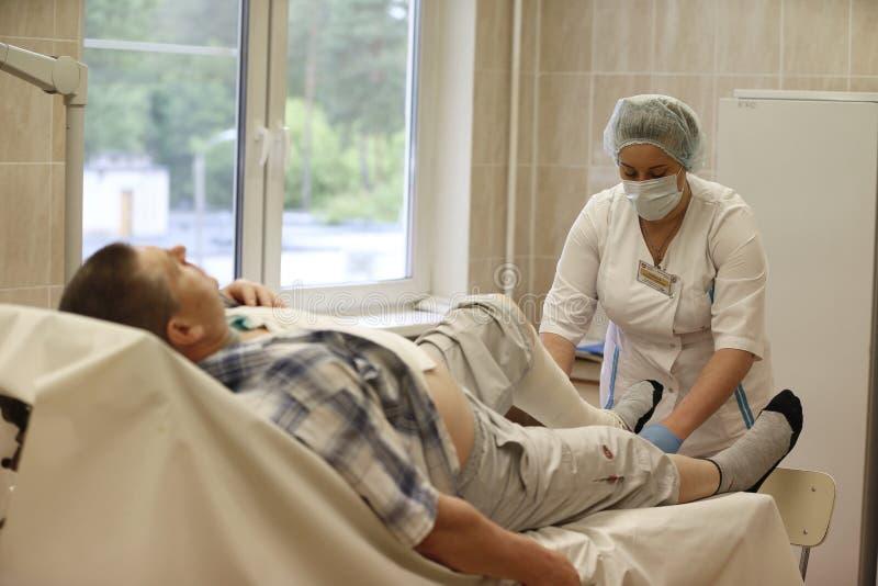 Cuidado para um paciente com uma fratura imagens de stock