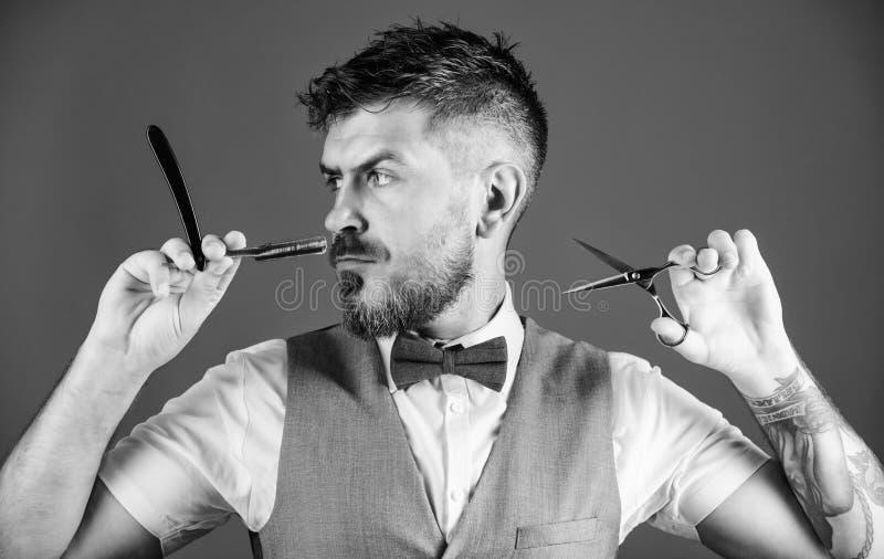 Cuidado pessoal Posse madura farpada do moderno que barbeia a l?mina barbeiro n?o barbeado no la?o Barba perfeita Forma masculina imagens de stock