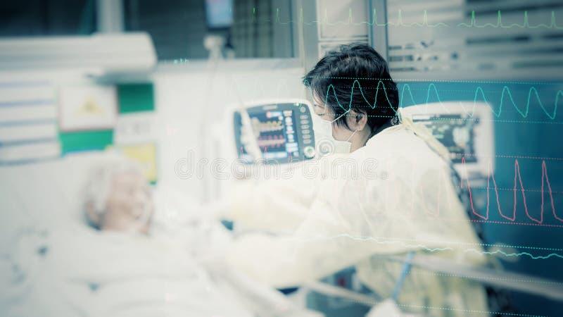 Cuidado que toma relativo paciente del más viejo paciente imagenes de archivo