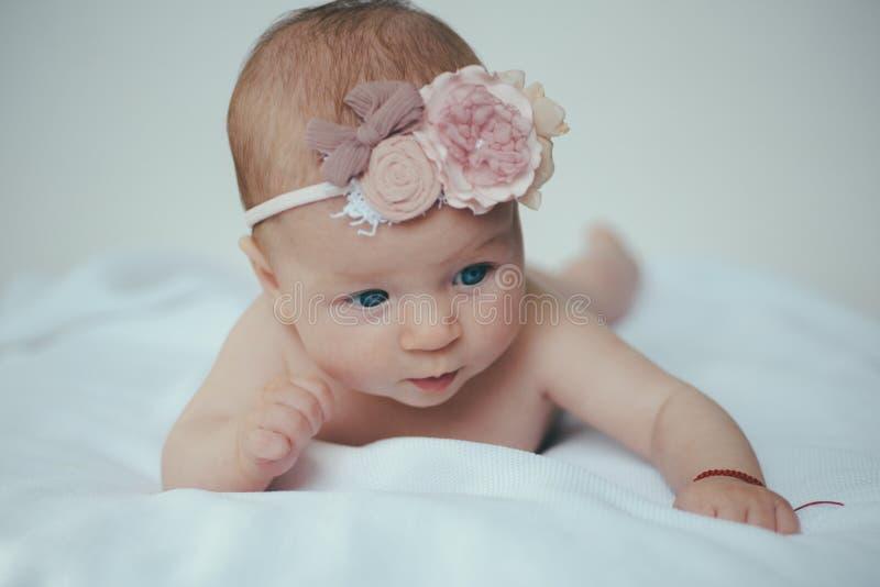 Cuidado recém-nascido do bebê Tratamento recém-nascido do corpo ou do skincare Skincare é minha rotina diária Produtos aprovados  imagens de stock