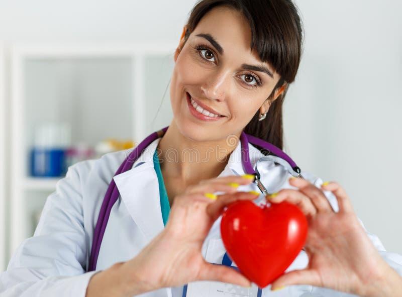 Cuidado, saúde, proteção e prevenção da cardiologia imagens de stock