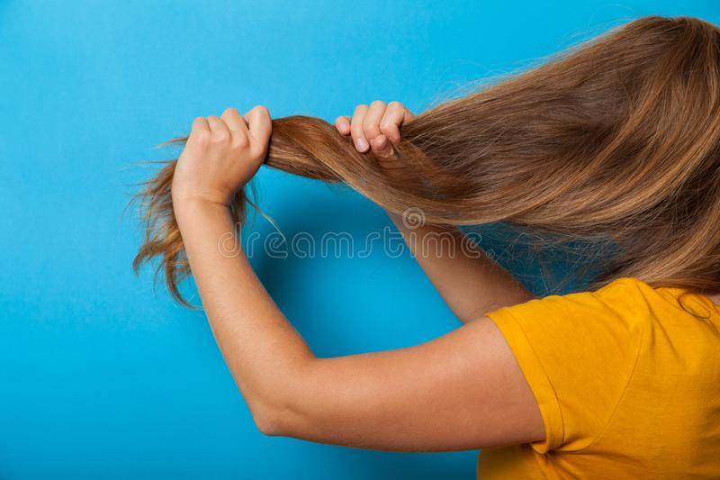 Cuidado sano del pelo, mujer morena Cauc?sico adulto foto de archivo