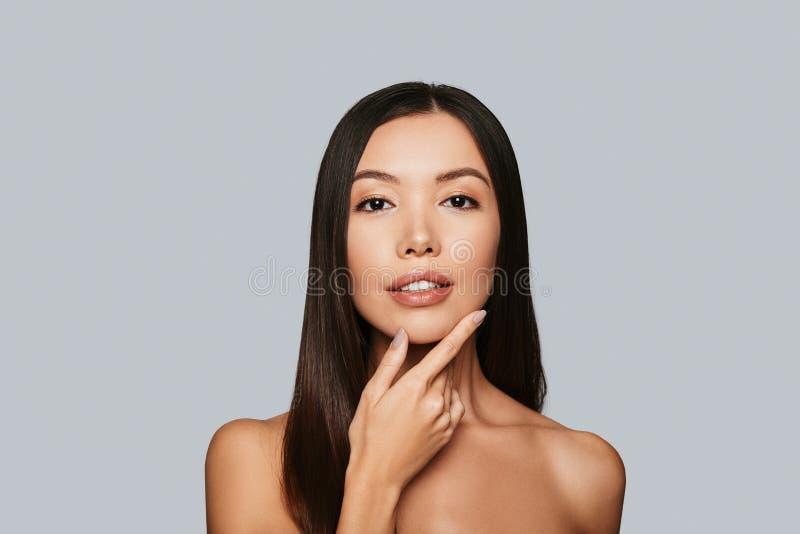 Cuidado sensível para uma pele luminosa imagens de stock royalty free