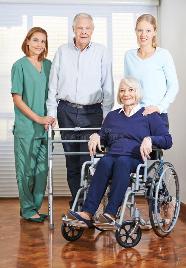 Cuidador geriátrico con los pares mayores imagen de archivo