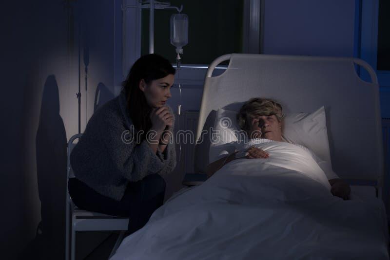 Cuidador que se sienta por el paciente foto de archivo libre de regalías