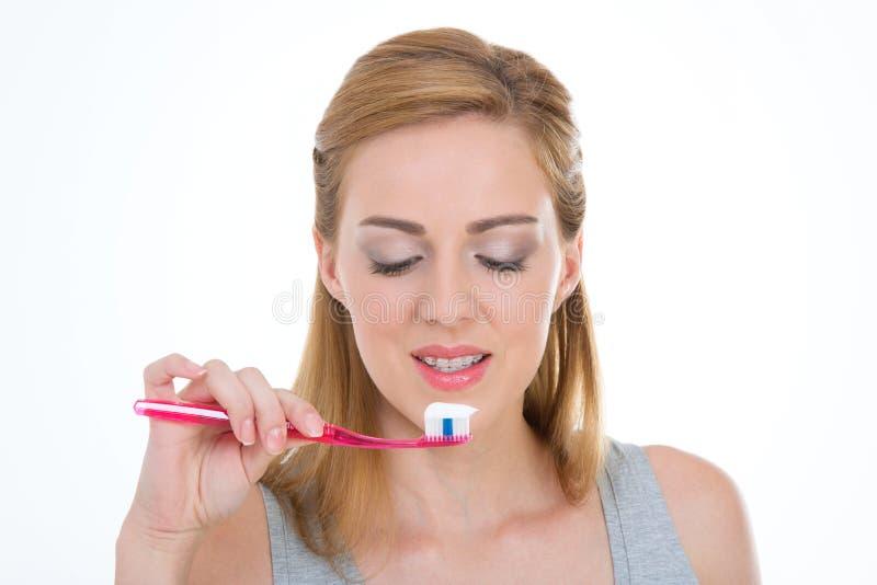 Cuidados adolescentes hermosos para sus dientes imágenes de archivo libres de regalías