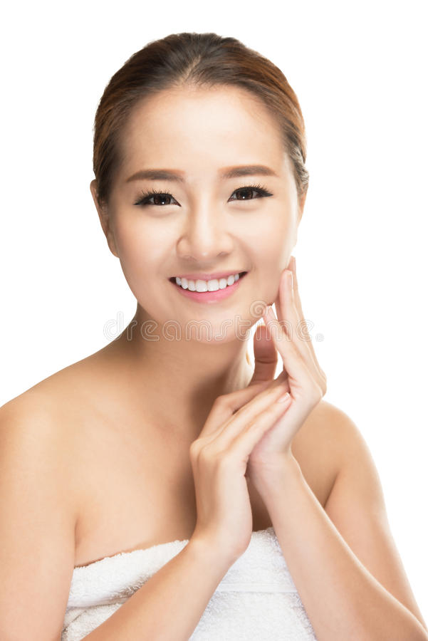 Cuidados bonitos da mulher para a cara da pele foto de stock